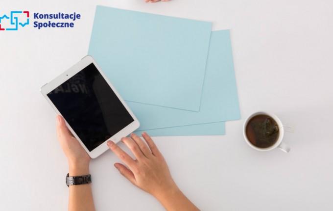 zdjęcie przedstawia osobę używającą tablet