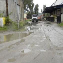 Błotnisty fragment nawierzchni drogi w obrębie ulic Różana Lniana przed rozpoczęciem realizacji projektu