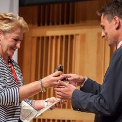 Zastępca Prezydenta ds. Planowania i Cyfryzacji Tomasz Sobieraj odbiera nagrodę przyznaną przez Urząd Komunikacji Elektronicznej w kategorii Samorządowy Lider Szerokopasmowego Internetu - Złota @2013