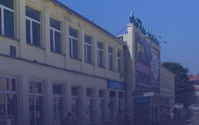 Na grafice widoczny jest budynek Dworca PKP w Koszalinie