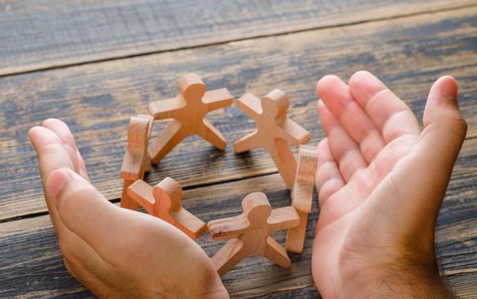 Ludziki w kółku trzymające się za ręce