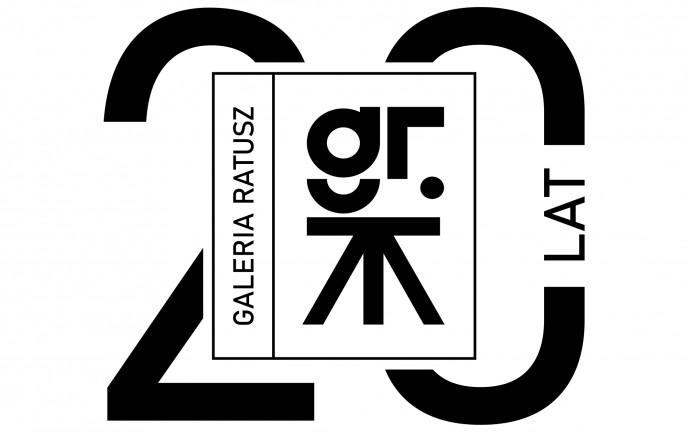 Obraz przedstawia logo przygotowane z okazji 20-lecia Galerii Ratusz