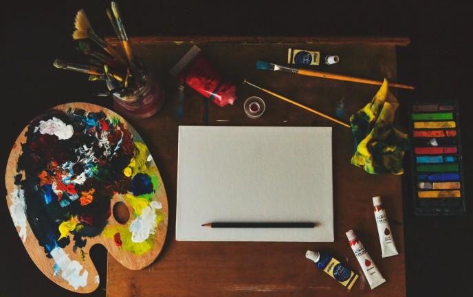 Na zdjęciu znajduje się zestaw malarski a w nim farby, pędzle, paleta kolorów