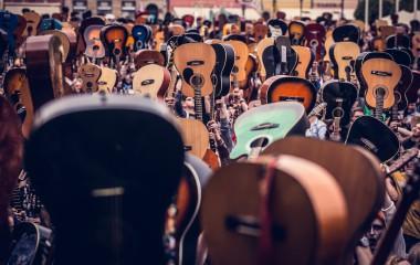 Na zdjęciu znajdują się gitary