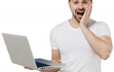 Pan trzymający laptopa w ręku