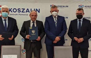 Na zdjęciu znajduje się prezydent Miasta Piotr Jedliński, Zastępca Prezydenta Andrzej Kierzek, Paweł Szefernaker oraz wykonawca.