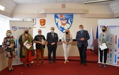 Na zdjęciu widoczny jest Prezydent Miasta Piotr Jedliński, Zastępca Prezydenta Miasta Przemysław Krzyżanowski oraz tegoroczni stypendyści