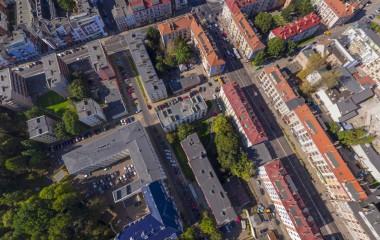 Za zdjęciu znajduje się centrum Koszalina w okolicach Ratusza z lotu ptaka.