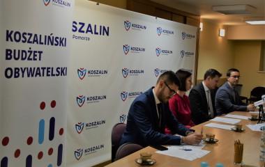 Zdjęcie z konferencji prasowej na którym znajduje Sekretarz Miasta Tomasz Czuczak, rzecznik prasowy Urzędu Miejskiego w Koszalinie oraz osoby odpowiedzialne za prowadzenie Budżetu Obywatelskiego w Koszalinie