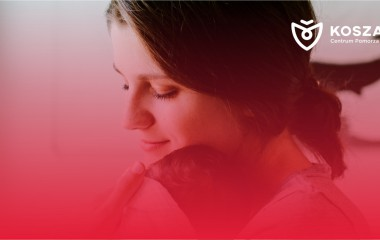 Na zdjęciu Matka tuląca dziecko. Zdjęcie z logo Koszalin Centrum Pomorza