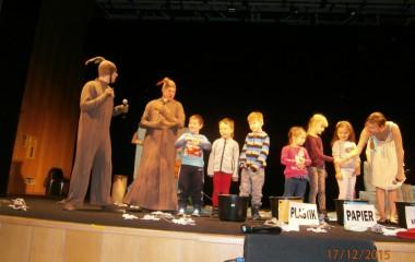 Scena w teatrze z aktorami na scenie