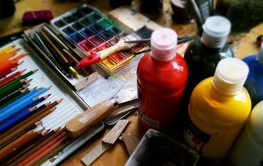 Zdjęcie prezentujące farby, pędzle, akcesoria do malowania